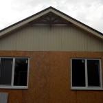 12. Крыша накрыта металлочерепицей, сделаны фронтоны и водосточка