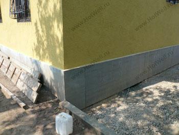Зашивка фундамента на винтовых сваях асбоцементными плитами. Мещерское Чеховского района.