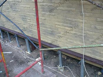 Направляющие для обшивки цоколя дома на винтовом фундаменте из профиля ПП 27х60. Немчиновка.